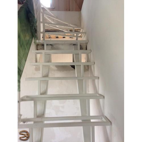 Металлокаркас лестницы под открытые ступени