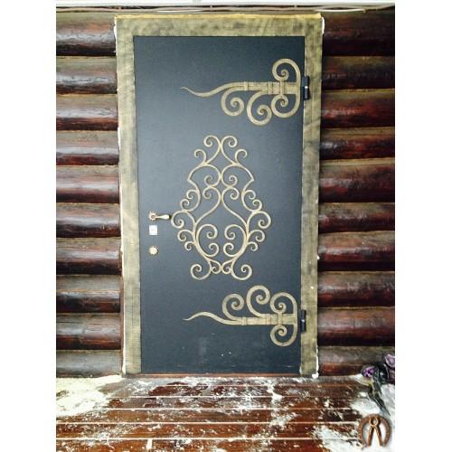 Стальные двери с ковкой в деревянный дом