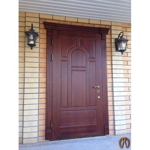 Стальная дверь в дом с накладкой из массива