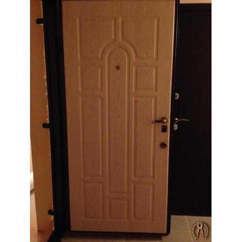 Стальная дверь с МДФ накладками вид 2