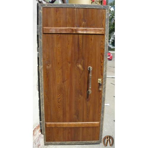 Стальные двери с накладкой из массива дерева под старину