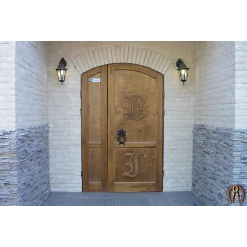 Стальная дверь с отделкой и кованой ручкой