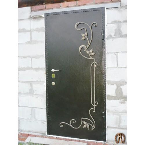 Стальная дверь с коваными элементами