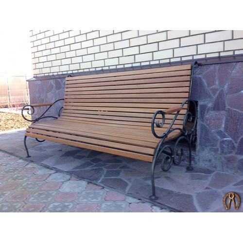 Кованая скамья с брусками из лиственницы