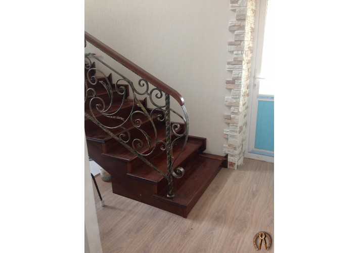 Металлокарка лестницы, обшитый лиственницей