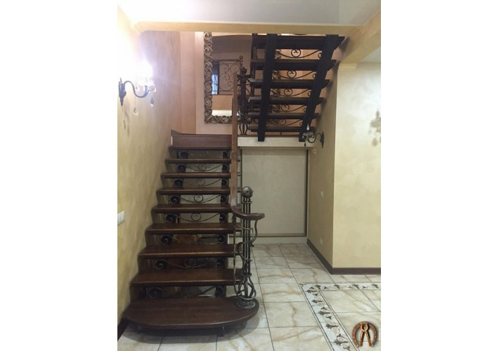 Лестница на металлокаркасе с кованными элементами