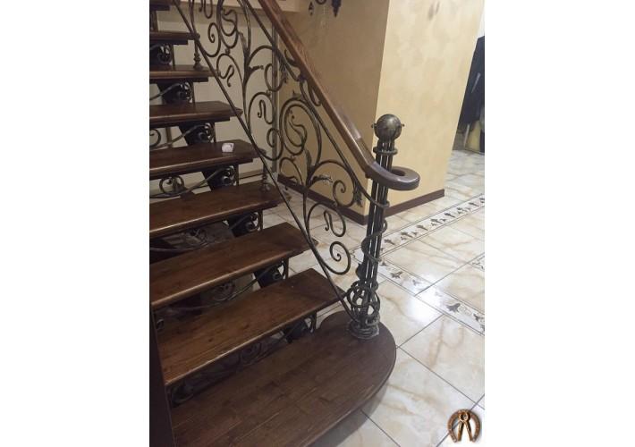 Лестница на открытом металлокаркасе с коваными перилами