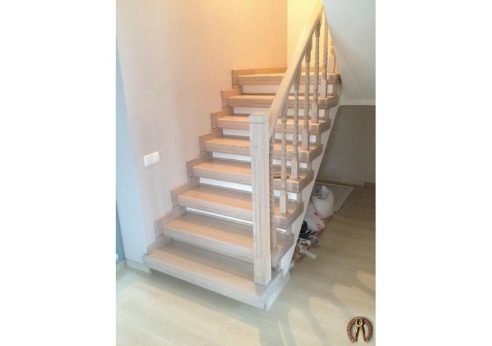 Лестница на бетонном основании обшитая массивом