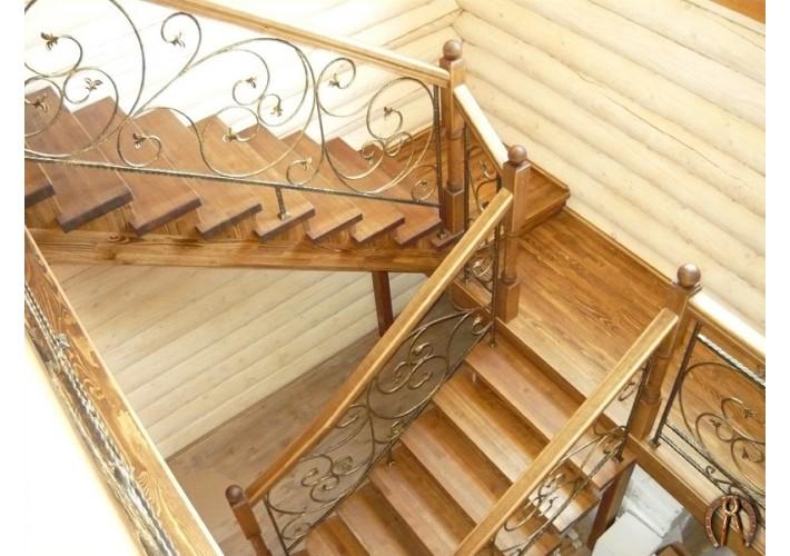 Деревянная лестница с коваными вставками. Пальники