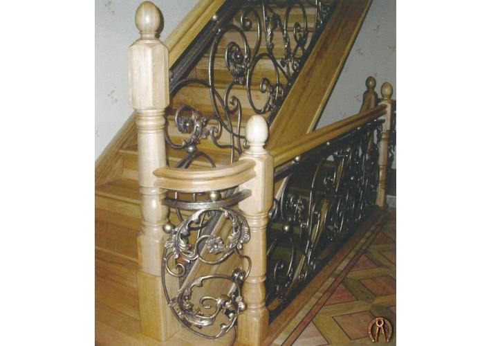 Лестница из массива с коваными вставками