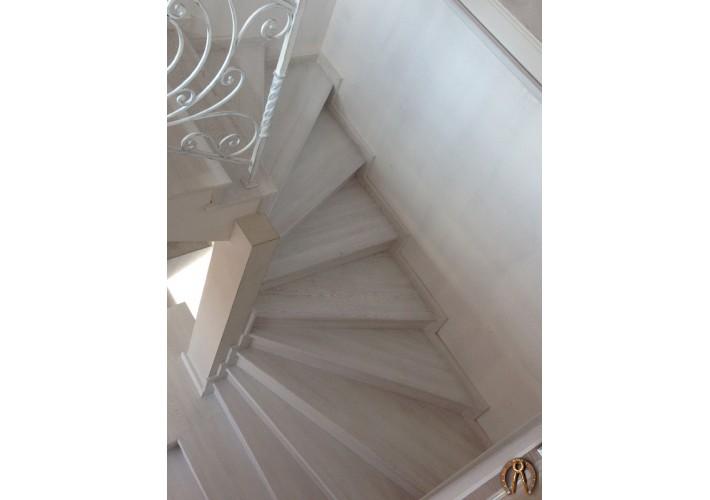 Лестница из массива ясени с кованым ограждением