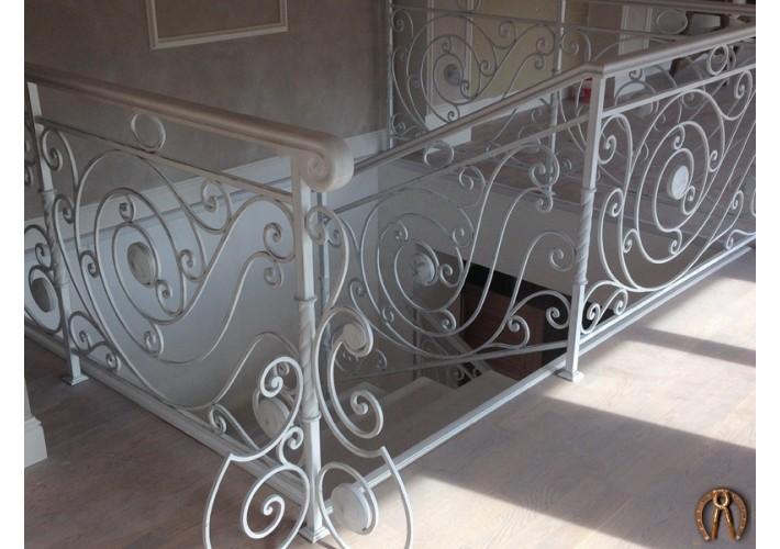 Лестница из массива ясени с кованым ограждением под заказ