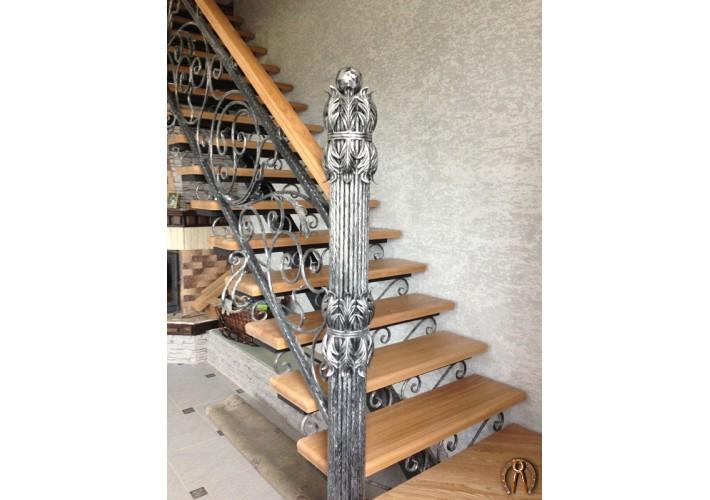 Лестница со ступенями из массива ясеня
