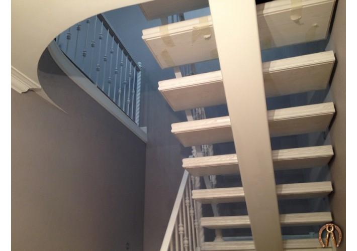 Лестница с закрытыми объемными ступенями из массива. ул. Екатерининская