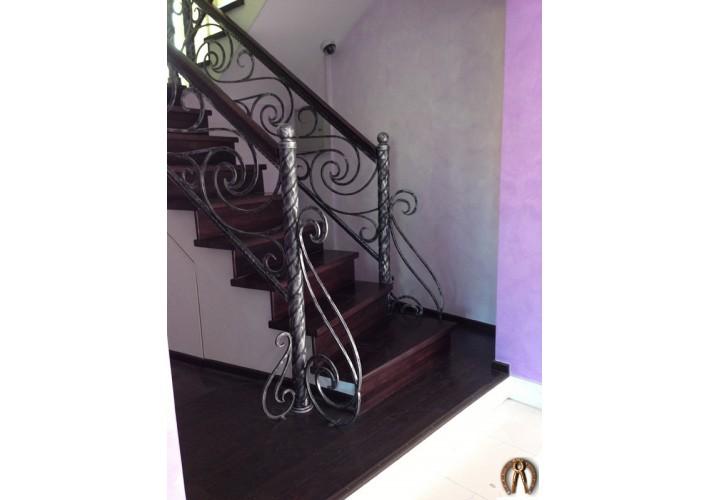 Лестница с коваными перилами и деревянным поручнем