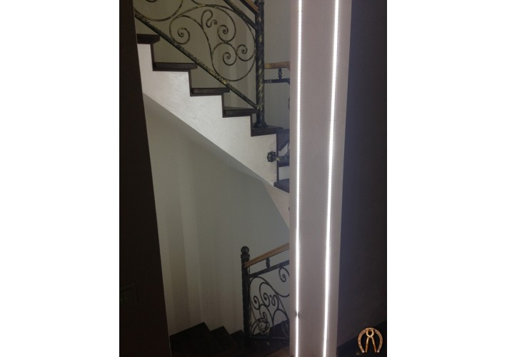 Лестница с коваными перилами и деревянным поручнем. Янтарный