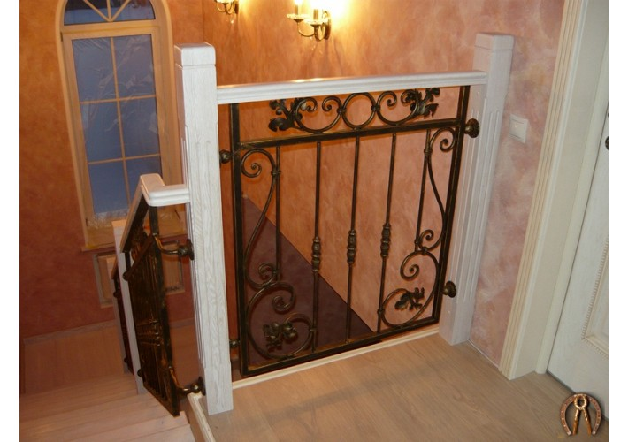 Лестница с деревянными столбами и коваными вставками