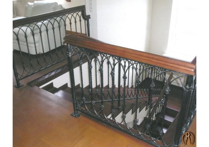 Лестница на бетонном основании с коваными перилами