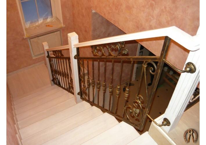 Лестница. Бетонное основание, ступени из массива ясеня