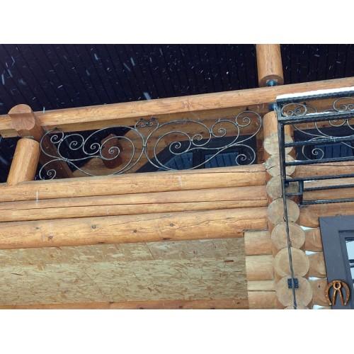 Кованые вставки в балкон деревянного дома