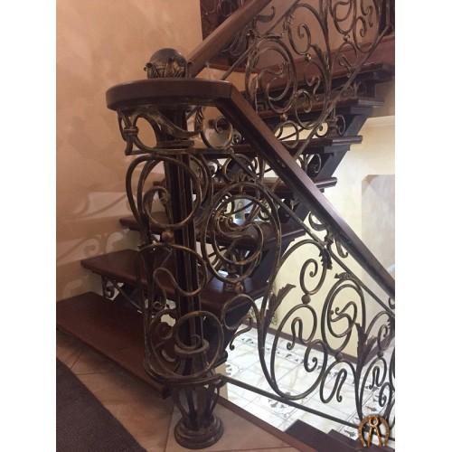 Кованые перила для лестниц с поручнем из массива дерева