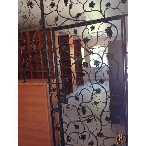 Кованые перегородки с дверями