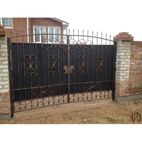 Ворота закрытого типа с ковкой. Новобродовский