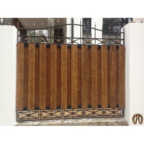 Кованый забор с вставками из дерева